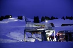 Sessellift beim Nachtskifahren in Les Crosets